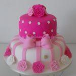 Bolo Pink com buquê de rosas