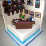 Bolo personalizado boneca, estante e  mesa com livros