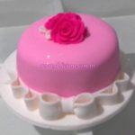 Bolo rosa e laço branco