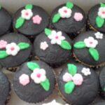 Cupcake decorado flores brancas