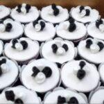 Cupcake decorado flores branca e preta