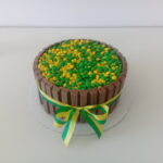 Torta Kit Kat confeitos verde e amarelo