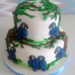 Bolo decorado com araras azuis