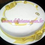 Bolo noivado branco e amarelo