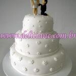 Bolo casamento branco com casal personalizado