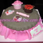 Bolo marrom e rosa com panelinhas