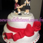 Bolo noivado rendado com casal personalizado