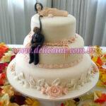Bolo casamento branco e salmão com casal personalizado