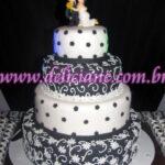 Bolo casamento branco e preto com casal personalizado