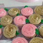 Cupcake decorado rosetas rosa e dourada
