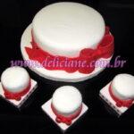 Bolo noivado renda branca e laço vermelho e mini bolos