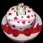 Mini bolo romântico carrinho com noivos