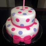 Bolo branco  com bolinhas rosa e lilas