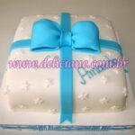 Bolo caixa presente branca e azul
