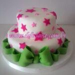 Bolo branco com estrelas rosa
