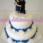 Bolo casamento branco e azul com casal personalizado
