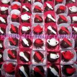Bombom decorado com xícara e talheres branco e vermelho